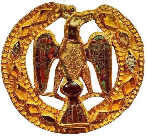 سگک میناکاری عقاب شکل از گنجینه ملکه گیسلا در حدود سال ۱۰۲۵
